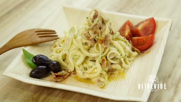 Cuketové špagety s bešamelovou omáčkou, olivami a sušenými rajčaty