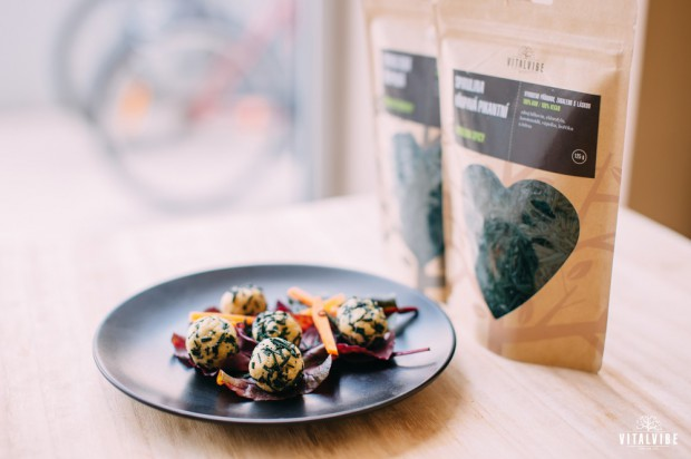Cashew cheese ball with spirulina